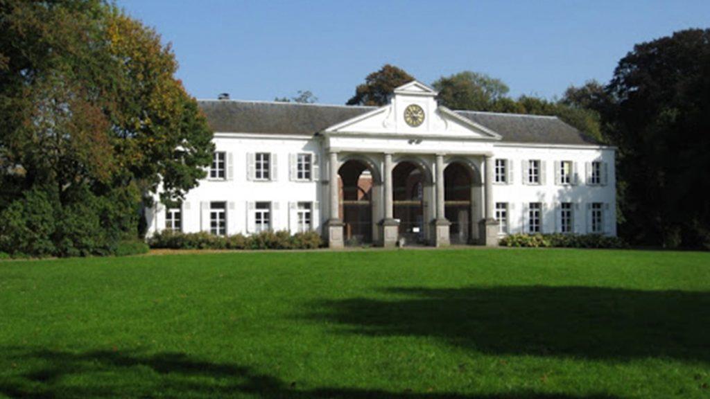 Het neoclassicistisch kasteel uit de 15de eeuw in het prachtige domein Ter Rijst te Heikruis.